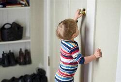 Что делать, если ребенок остался за закрытой дверью